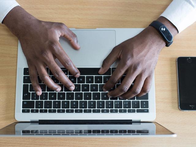 Mann skriver innlegg på internett